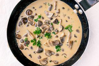 champignonroomsaus in een pan