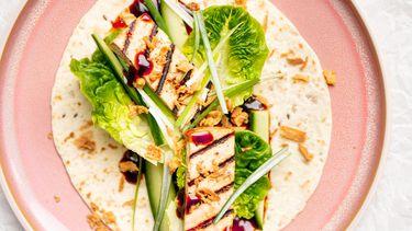 Gezonde wraps met tofu in hoisinsaus