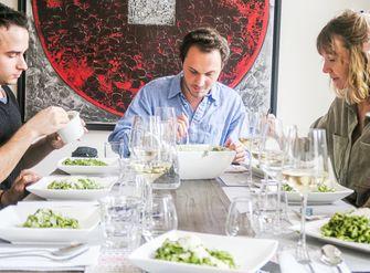 mensen aan tafel eten pasta pesto