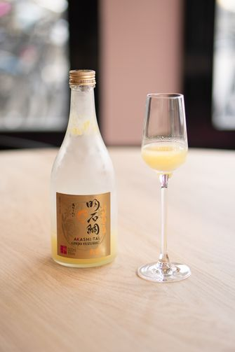 Sake met yuzu bij NAZKA