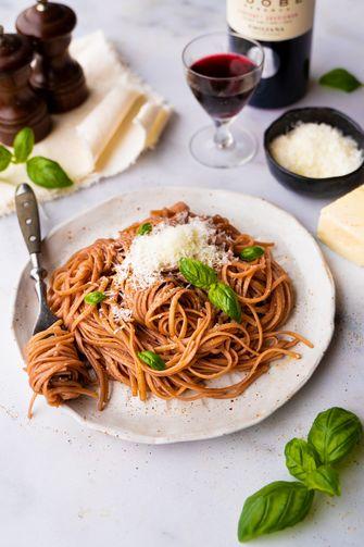 dronken spaghetti met rode wijn, Pecorino en basilicum