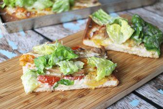 Foto van caesar pizza met kip