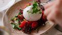 bord met burrata als voorbeeld van recepten met burrata