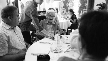 Eenzame ouderen in het pop-up restaurant Restaurant 5