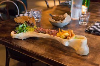 Steak Tartare in een bot van Café Cliché