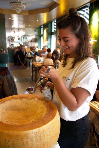 Pasta aan tafel bij Vincenzo's Osteria