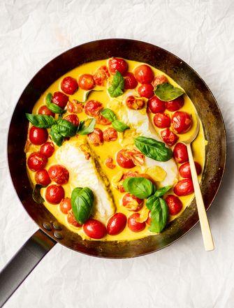 Gepocheerde vis in tomatencurry