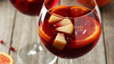 glazen met sangria op een houten tafel