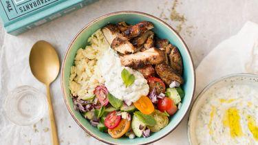 Foto van een Griekse bowl met kip gyros en tzatziki