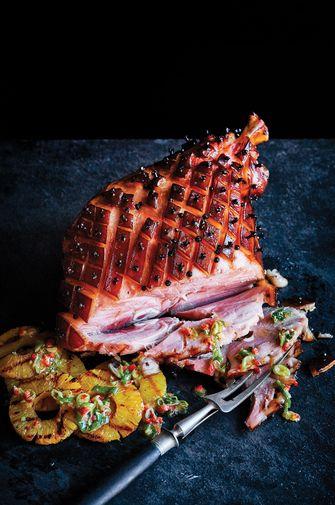 Pineapple-honey glazed ham van de barbecue