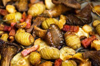 herfstige traybake met spekjes, krieltjes, pastinaak en oesterzwammen