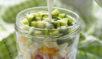 Foto van zomerse salade met kefir in een glazen potje (gezonde recepten)