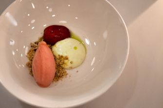 Dessert van pruim en vijgenbladolie