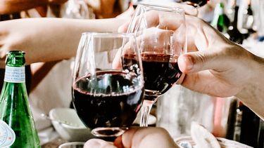 restjes wijn op een tafel