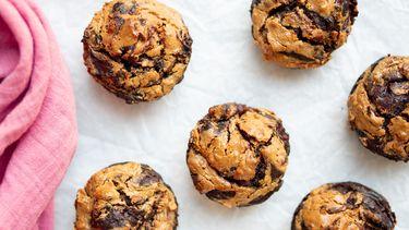 Muffins met chocolade, pindakaas en banaan