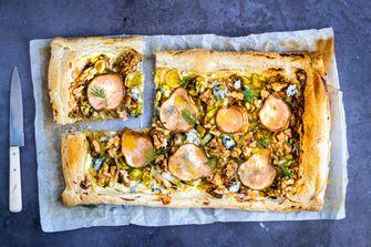Plaattaart met peer, blauwe kaas en walnoot
