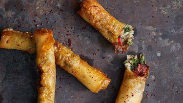 sigaren van filodeeg met kaas en biet