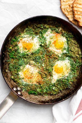 Éénpansgerecht: groene shakshuka met spinazie