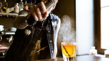 bartender die jenever serveert