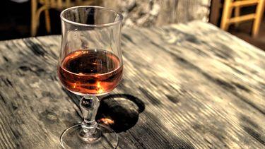 Oranje gekleurde wijn in glas