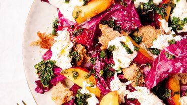 salade als voorbeeld van een lunchrecept voor warm weer