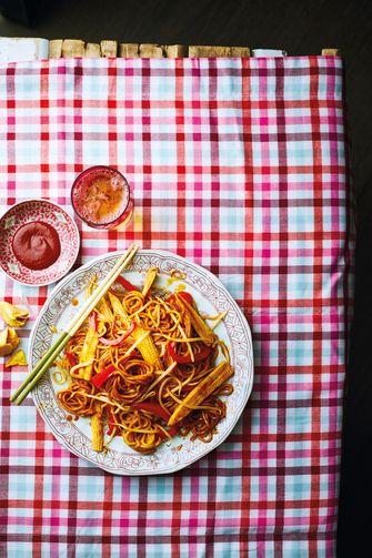 Lo mein met paprika en srirachasaus