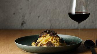 Pasta met truffel bij restaurant OUT in Japan