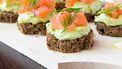 volkoren toastjes met guacamole en rauwe zalm