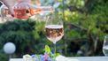 Glas wijn wordt ingeschonken door een ober