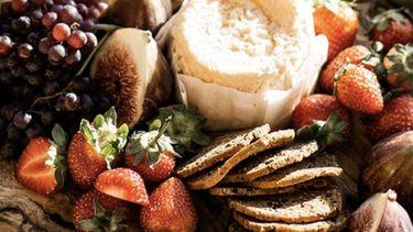 hapjes en kaas op een borrelplank
