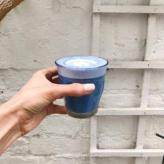 blauwe matcha latte