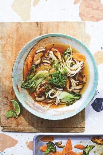 udonnoedelsoep met groenten en kip