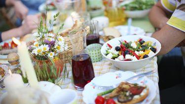 eten op een warme zomerdag op tafel