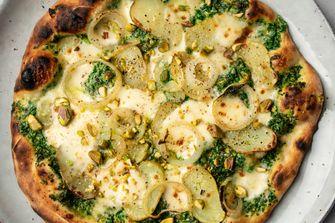 Pizza met aardappel en boerenkoolpesto