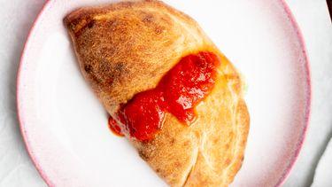 Calzone met tomatensaus