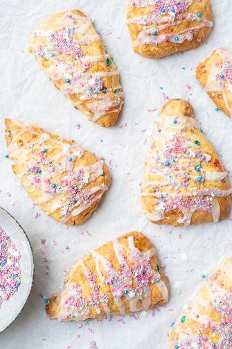Scones met sprinkles: unicorn scones
