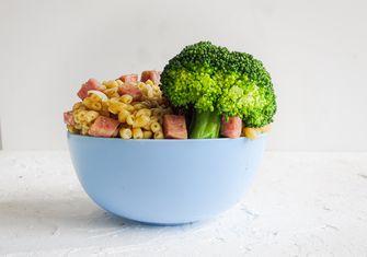 Macaroni met ham en broccoli