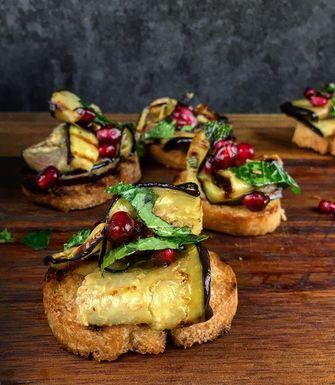 crostini met aubergine