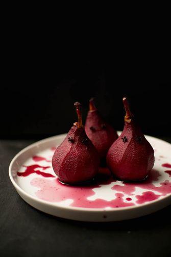 Stoofpeertjes in rode wijn voor Halloween