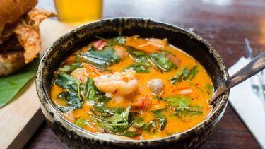 Thaise-tom-yam-soep met zoete aardappel en garnalen1