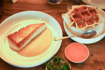 Wafels met kabeljauw, crème fraîche en kaviaar