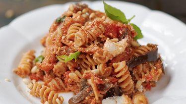 Een fantastische pasta met aubergine, tomaat & ricotta van Jamie Oliver