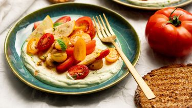 Opgeklopte ricotta met basilicum en tomatensalade (tomaten zouten)