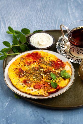 omelet met tomaten, za'atar en labneh