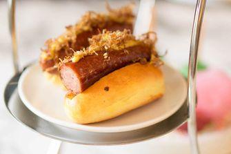 mini hot dogs op brioche bij Summer Afternoon Tea in het Waldorf Astoria