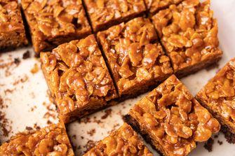 Brownies met karamel-cornflakes topping