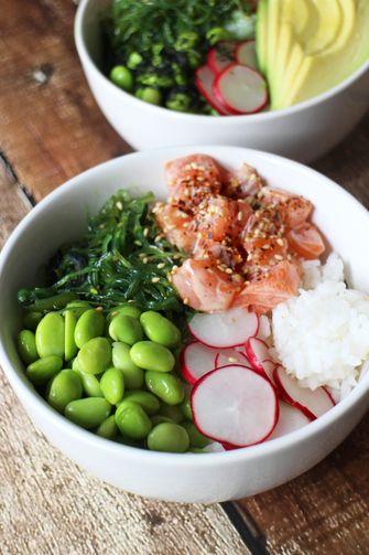 Afbeelding van een poké bowl met zalm, avocado en sojaboontjes