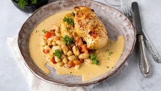 kip in mosterdsaus met paprika en witte bonen