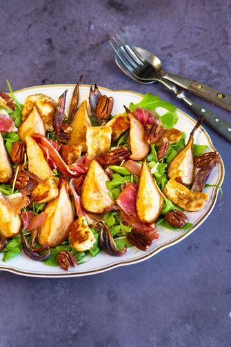 Herfst salade met stoofpeer, pecan en halloumi