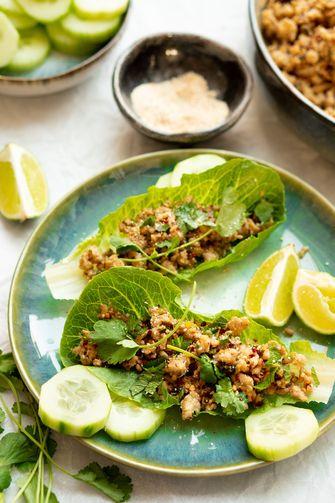 Thaise salade van kipgehakt in slablaadjes